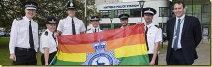 19651_activistas_del_lobby_gay_en_la_policia_inglesa__dispuestos_a_cerrar_los_colegios_religiosos_en_cuanto_se_lo_ordenen[1]
