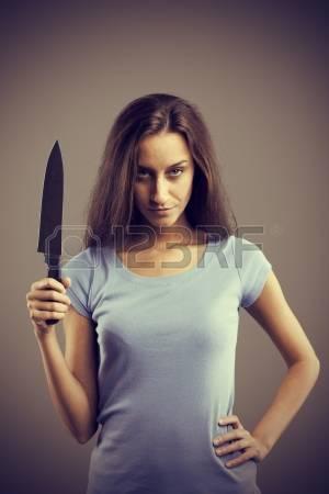 22710062-inquietante-mujer-joven-oscuro-que-sostiene-un-cuchillo-en-la-mano-dengerous